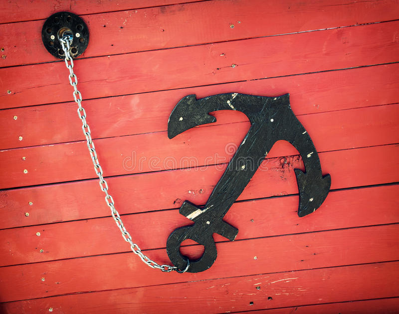 Retro anker op de rode boot stock foto's