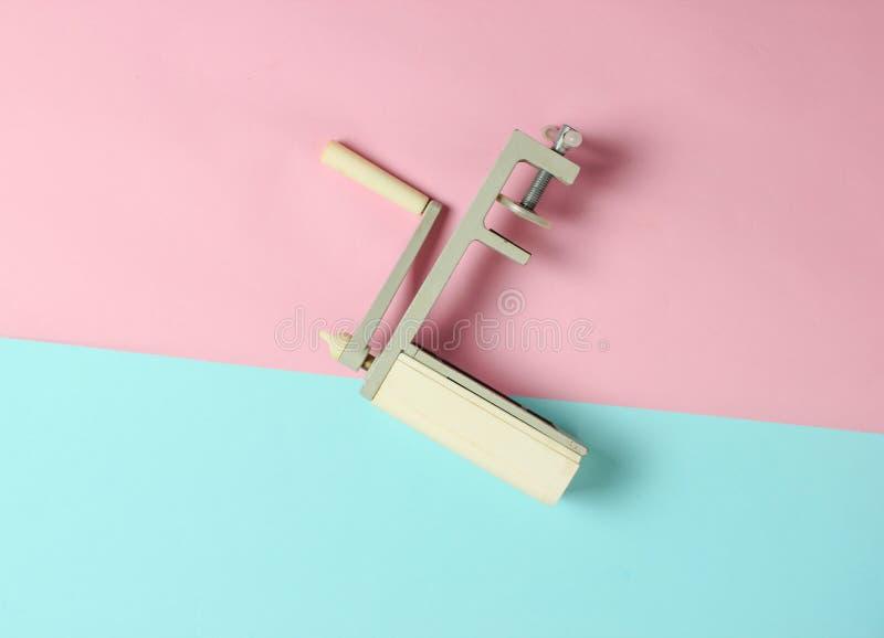 Retro apparat för manuell bitande pasta på en pastellfärgad bakgrund Top beskådar minimalism fotografering för bildbyråer