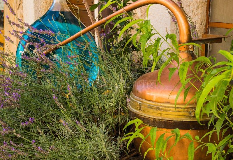 Retro apparaten voor distillatie van lavendelolie in Frankrijk royalty-vrije stock afbeeldingen