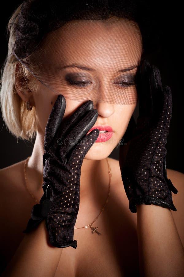 Retro--Art Frau im schwarzen Kleid und im Schleier stockfotografie