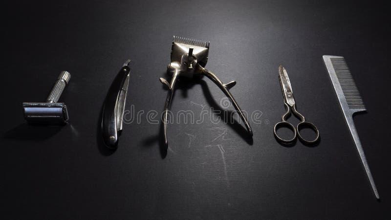 Retro attrezzatura del barbiere e di rasatura su fondo nero fotografia stock