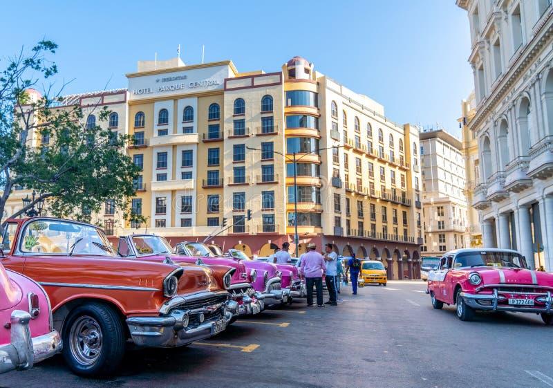 Retro auto als taxi voor toeristen in Havana Cuba stock afbeeldingen