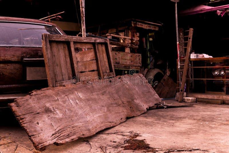 Retro- Auto der alten Garage, Weinleseauto stockfotografie
