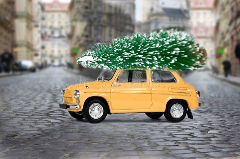 Retro- Auto mit Weihnachtsbaum Ungewöhnliche Weihnachtsillustration lizenzfreie stockbilder