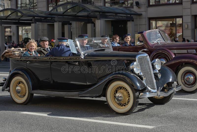 Download Retro Auto Op Een Militaire Parade Redactionele Fotografie - Afbeelding bestaande uit menselijk, groot: 54083122