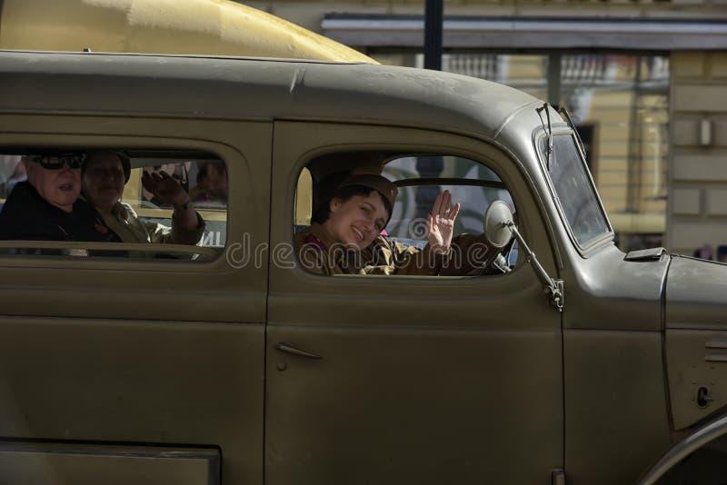 Download Retro Auto Op Een Militaire Parade Redactionele Afbeelding - Afbeelding bestaande uit patriotic, menselijk: 54083345