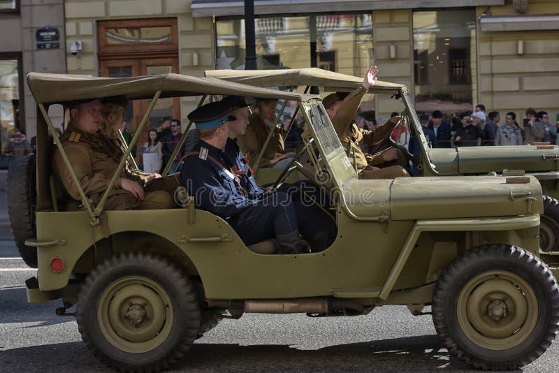 Download Retro Auto Op Een Militaire Parade Redactionele Foto - Afbeelding bestaande uit mensen, menselijk: 54083661