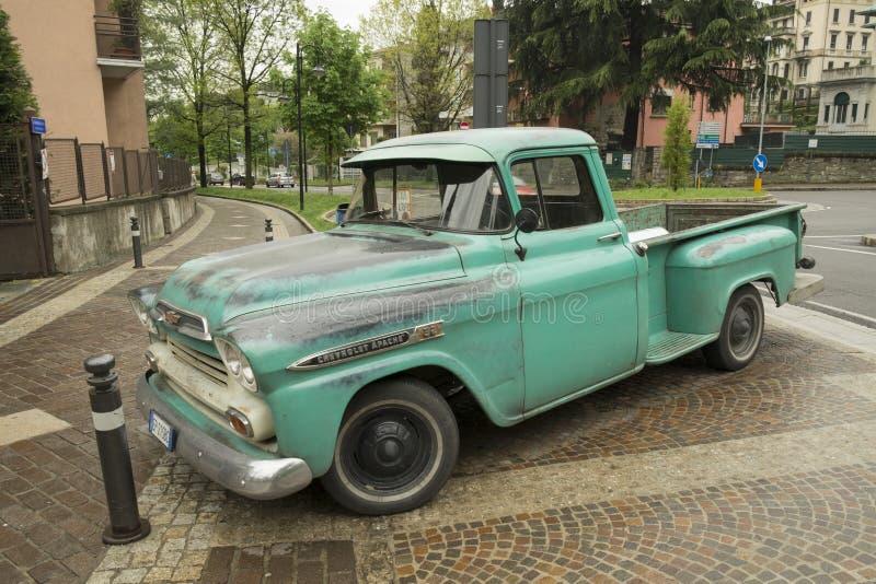 Retro auto van Chevrolet Apache in het centrum van Bergamo, Itali? stock fotografie