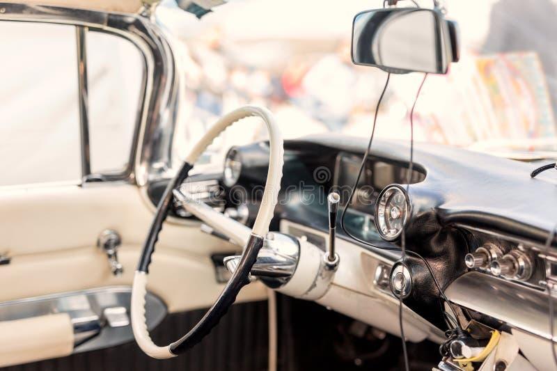 Retro autobinnenland Stuurwiel en bestuurderszetel van uitstekend voertuig Klassiek oud automoile dashboard stock foto