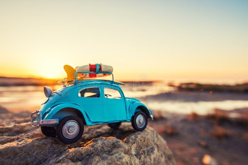Retro automobile del giocattolo su roccia immagine stock