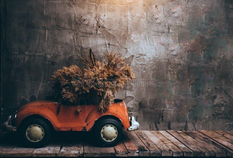 Retro- Autos auf Hintergrund des Holztischs und altem der Wand der Beschaffenheit lizenzfreie stockfotografie