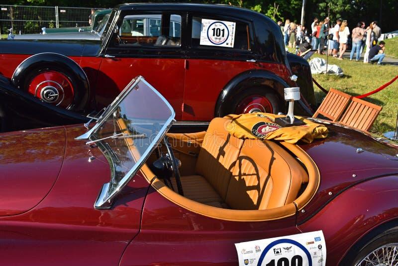 Retro- Autos in Lemberg stockfoto