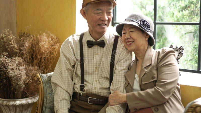 Retro Aziatische bejaarde huis van de paar gelukkige klassieke stijl royalty-vrije stock fotografie