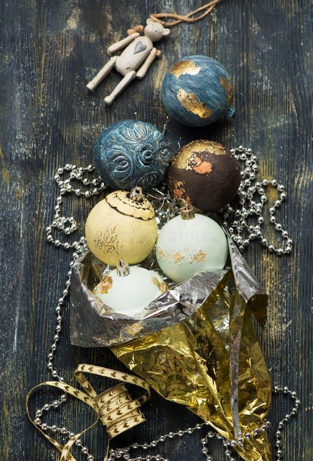 Retro- Bälle und Dekoration Weihnachtshintergrund lizenzfreie stockfotos