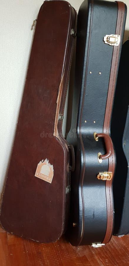 Retro będący ubranym gitary skrzynki * przeciw ścianie obraz royalty free