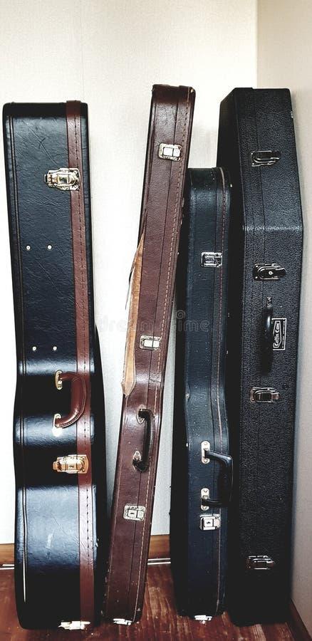 Retro będący ubranym gitary skrzynki * przeciw ścianie obrazy stock