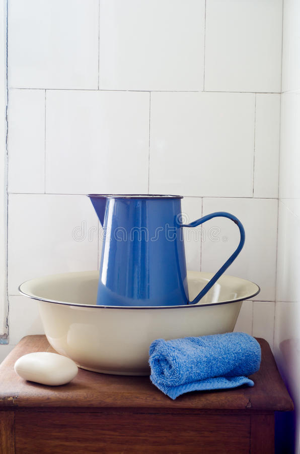 Retro- Badezimmer-Waschbecken stockbild