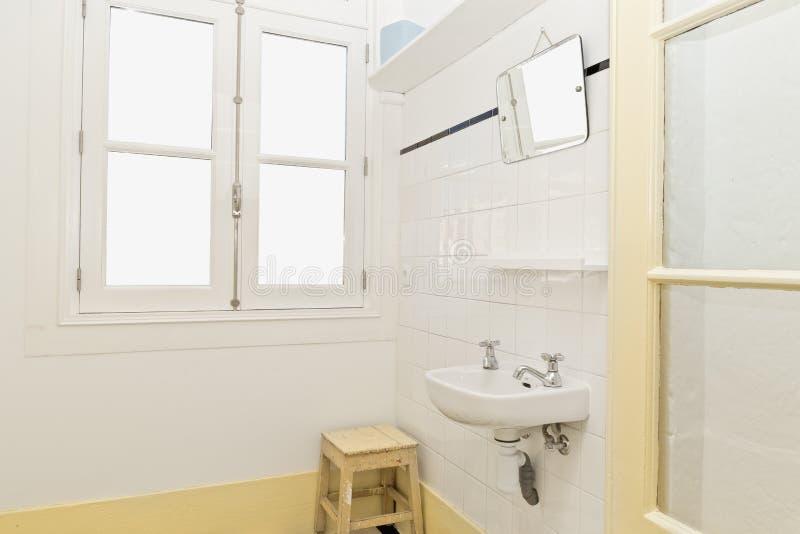 Retro badkamers stock afbeelding. Afbeelding bestaande uit zilver ...