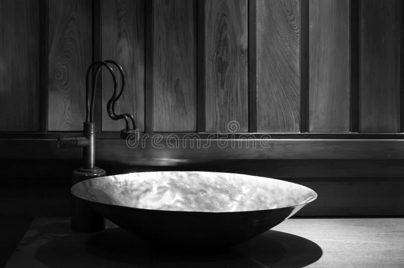 Retro bagno di stile, vista del dettaglio del lavandino di rame, di retro progettazione fotografia stock libera da diritti