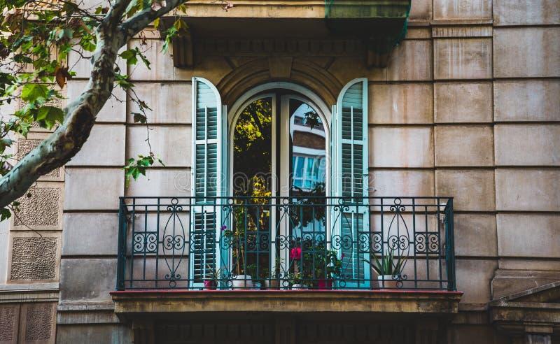 Retro balkong på medelhavs- fasad och arkitektur royaltyfria foton