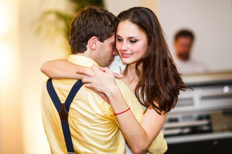 Retro ballo alla moda di nozze di dancing dello sposo e della sposa primo immagine stock libera da diritti