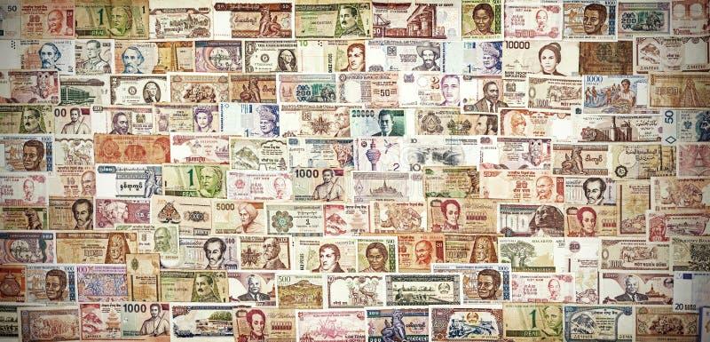 Retro banconote filtrate da ogni parte del mondo immagine stock
