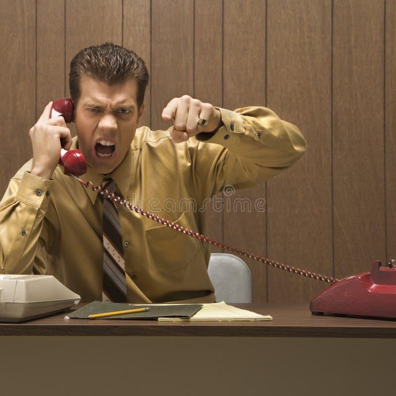 Retro bedrijfsscène van de boze mens bij bureau.