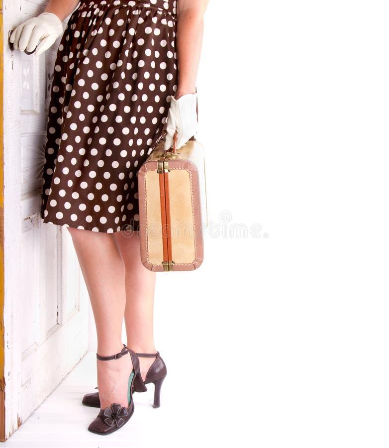 Retro beeld van de bagage van de vrouwenholding stock afbeelding