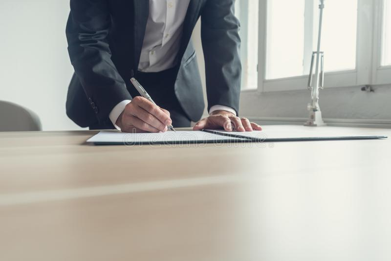 Retro beeld van een advocaat die testament ondertekenen stock afbeeldingen