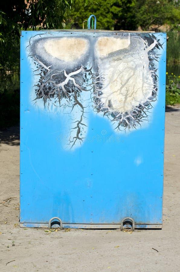 Retro- benutzter blauer Metallmülleimer in der Straße stockfoto