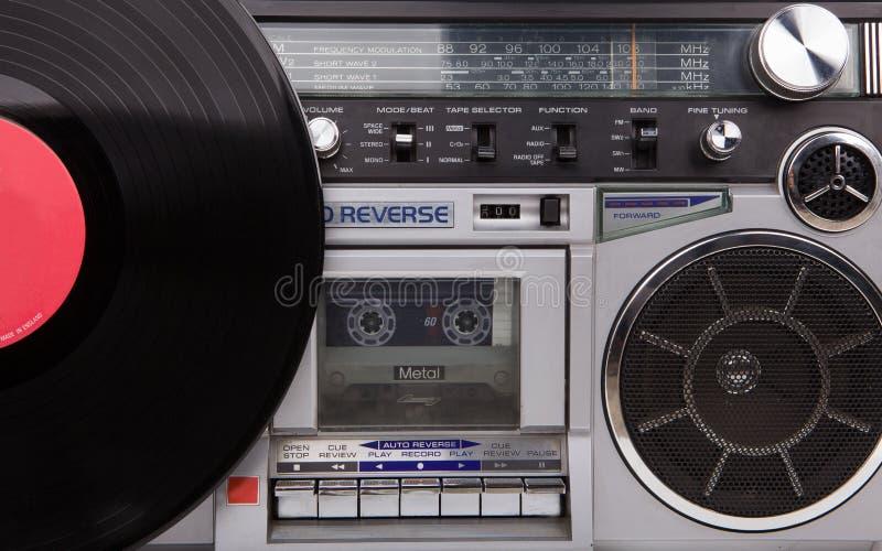 Retro bergsprängare och vinyl, tappning Stilfull retro boombox och vinyl royaltyfri bild