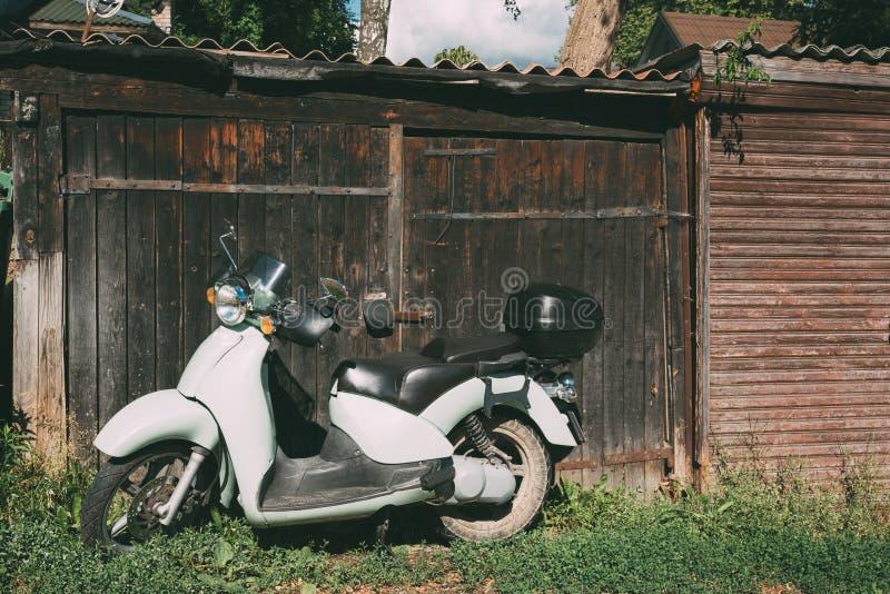 Retro bici d'annata bianca del motociclo della motocicletta del motorino di motore di sprint immagini stock
