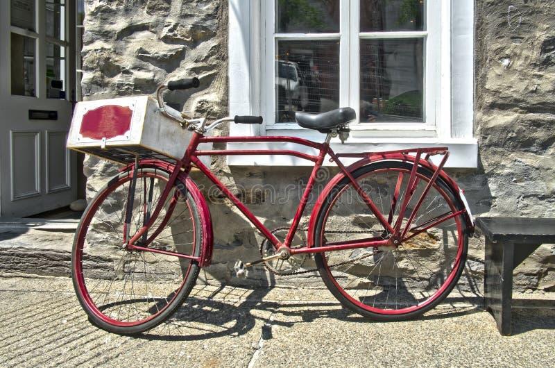 Retro bicicletta rossa disegnata fotografia stock libera da diritti