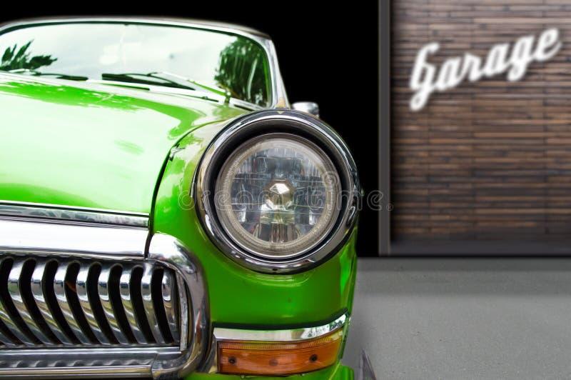 Retro bil för tappning på garagebakgrund arkivfoto