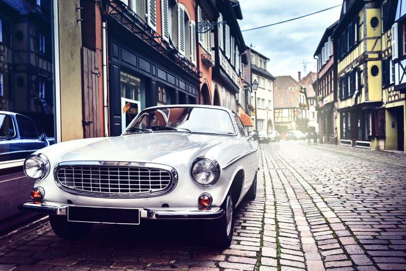 Retro bil i gammal stadsgata royaltyfri fotografi