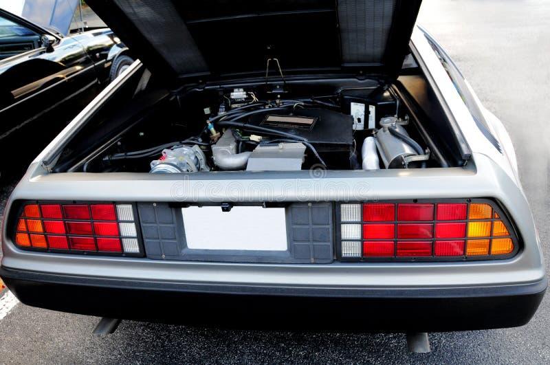 Retro bil med den öppna huven för baksida arkivbilder