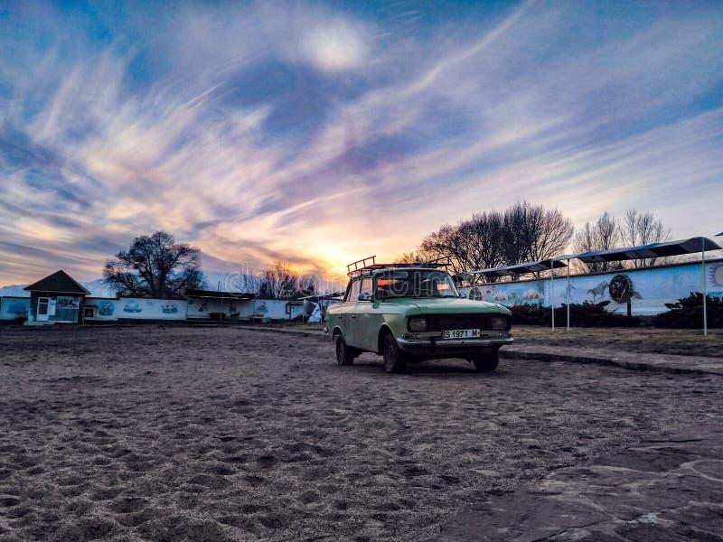Retro bil Moskwich på stranden royaltyfria foton