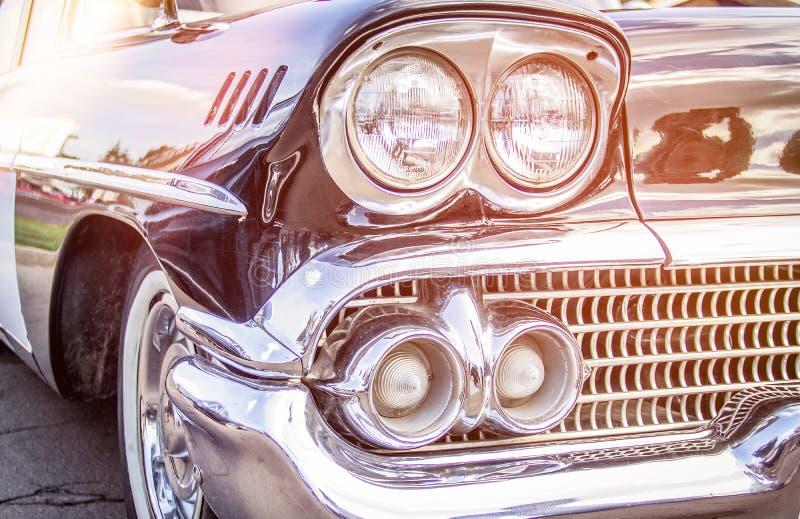 retro bil Närbild av billyktor av tappningbilen utställning Vint arkivfoto