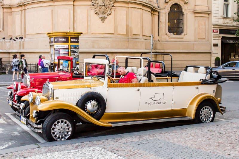 Retro bilar på gatorna av Prague arkivfoton