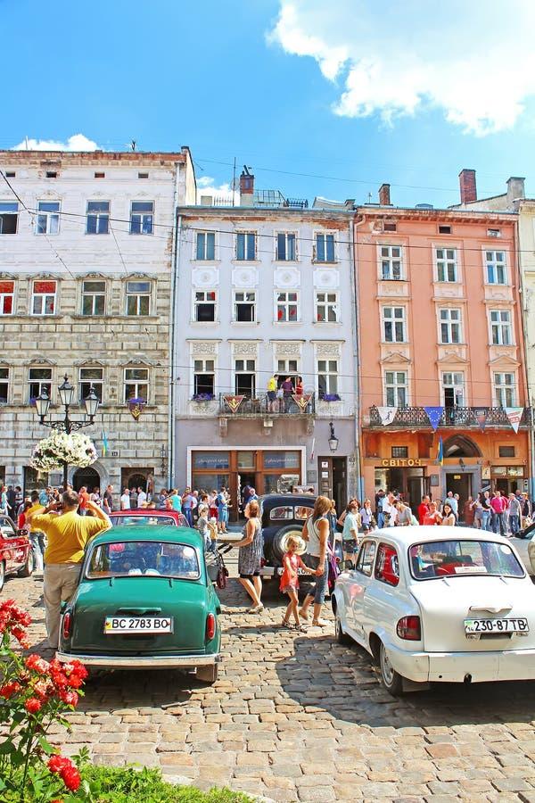 Retro bilar på marknadsfyrkant i Lviv, Ukraina royaltyfri foto