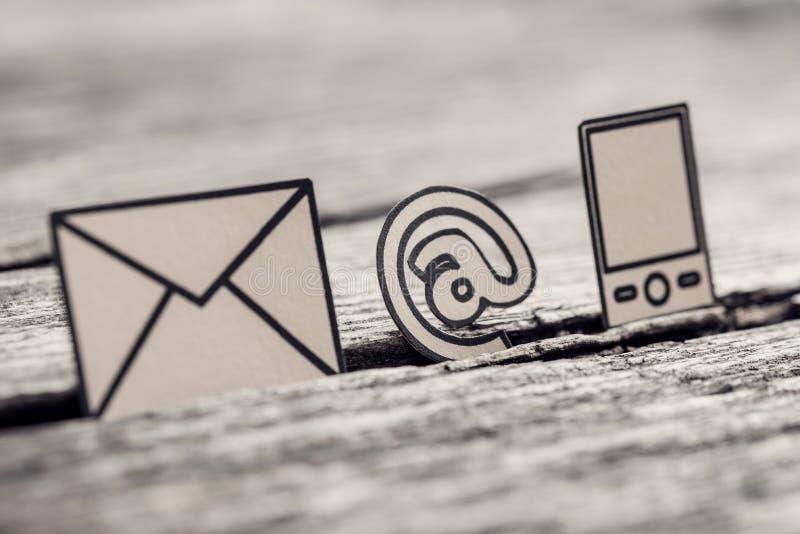 Retro bild av på tecken-, post- och telefonsymboler royaltyfria bilder