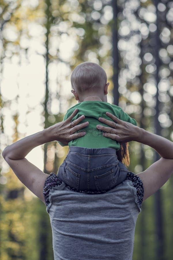 Retro- Bild einer Mutter, die mit ihrem Babysohn geht lizenzfreies stockfoto