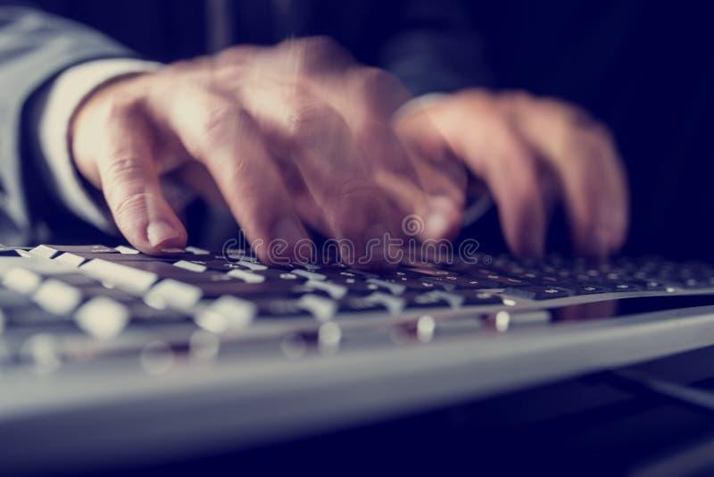 Retro- Bild eines Geschäftsmannes, der auf einer Computertastatur schreibt lizenzfreie stockfotografie