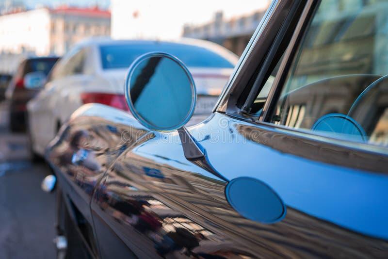 retro bilfragment sidospegel av en tappningbil, tappningspegel av en bil, sidospegel för rund form arkivfoto