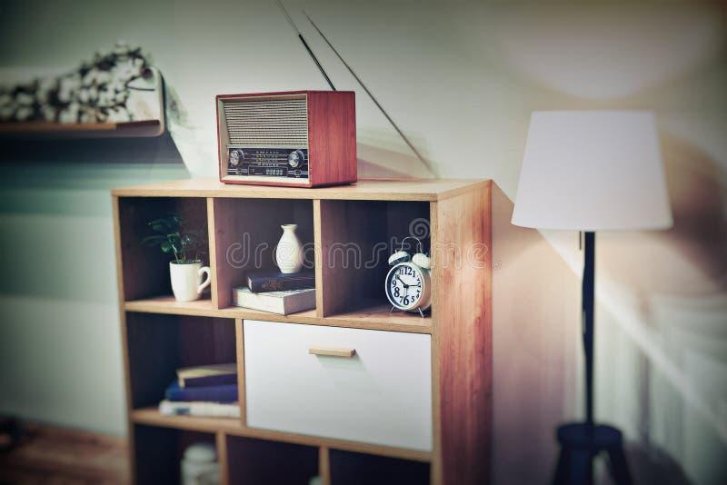 Retro binnenland met uitstekende radio royalty-vrije stock afbeelding