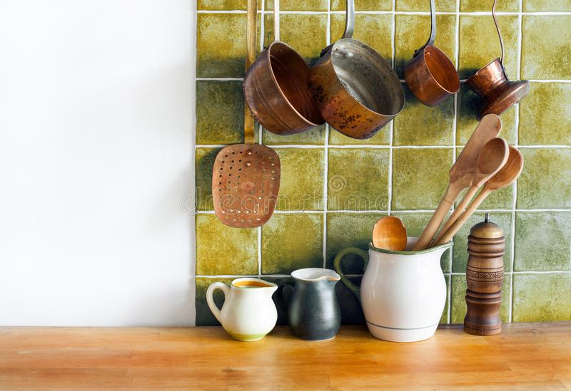Retro binnenland van het keukenstilleven Messingswerktuigen, chef-koktoebehoren Het hangen de reeks van het koperkeukengerei Pott stock foto