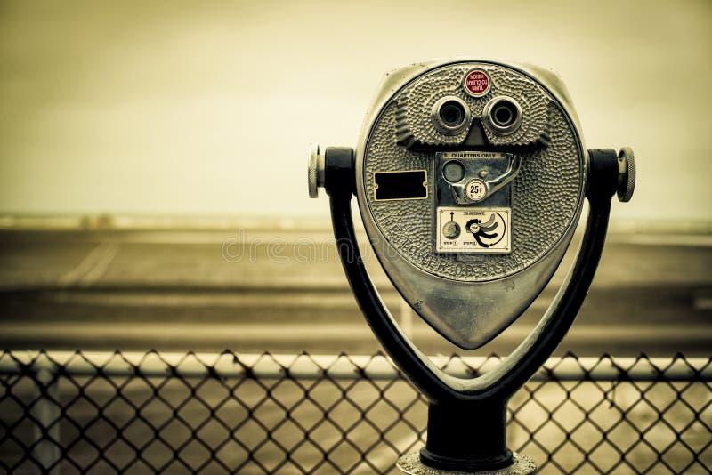 Retro binocolo a gettoni turistico sulla spiaggia fotografie stock libere da diritti