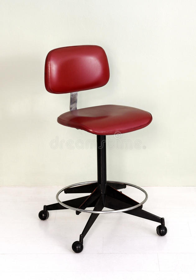 Retro Biurowy krzesło z Czerwonym Seat i kołami obraz stock