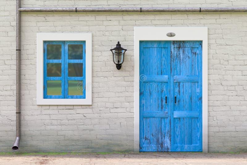 Retro blå dörr, fönster, avloppsränna i den vita tegelstenväggen för gammal Grunge med tappningjärnlyktan framförande 3d royaltyfria bilder