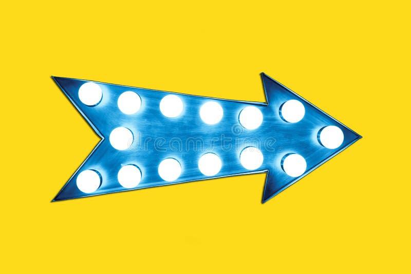 Retro- blauer Pfeil formte buntes belichtetes metallisches Anzeigenzeichen der Weinlese mit glühenden Glühlampen lizenzfreies stockbild